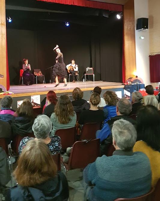 Il est question de danseuses de flamenco sur scene pendant la soirée la sbac rencontre encanto flamenco à St Jo à Clamart
